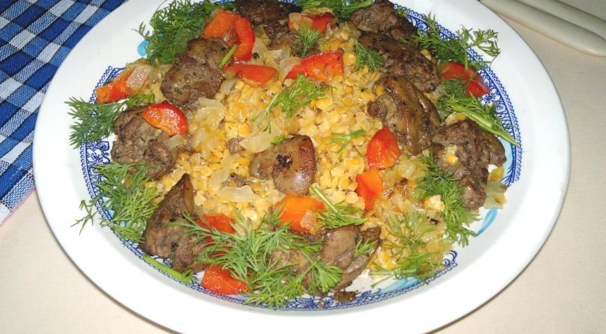 Тёплый салат из чечевицы, куриной печёнки и сладкого перца