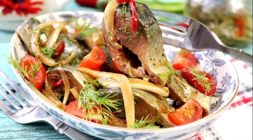 Скумбрия маринованная с овощами и соевым соусом